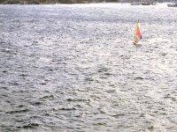 Windsurfista solo y tranquilo