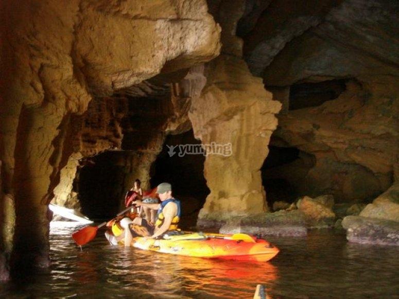 Recorriendo la gruta en kayak
