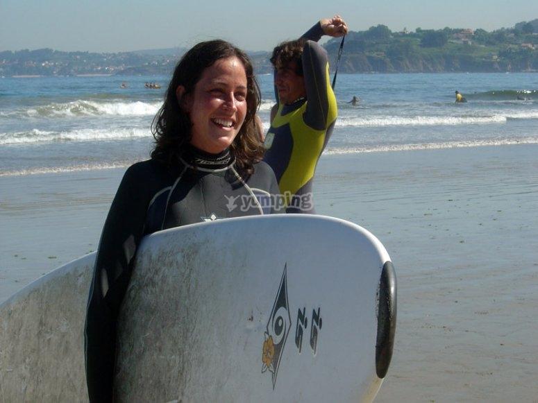Surfista agarrando la tabla