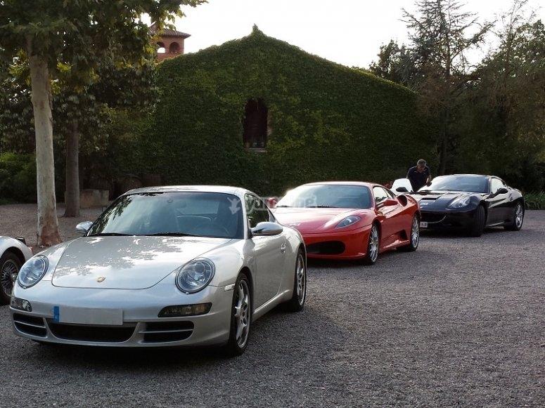 Un gruppo di auto sportive