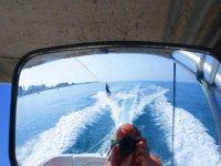 Practicando wakeboard tirado por embarcación