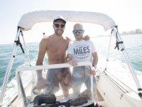 Monitor y alumno navegando en barco