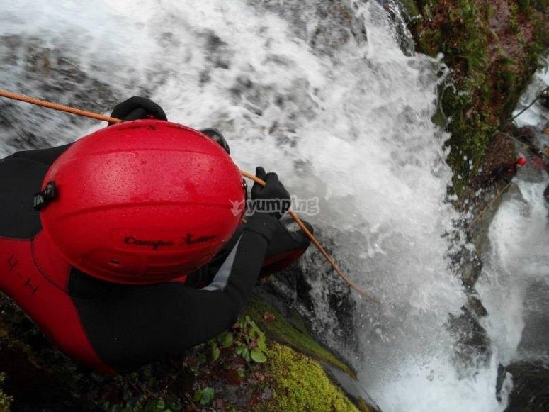 Bajando junto a la cascada