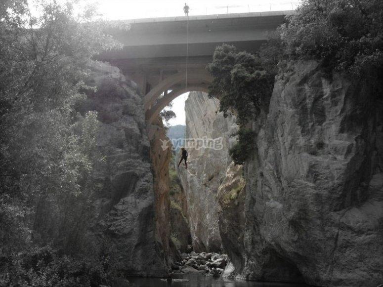 Descendiendo con cuerda desde el puente