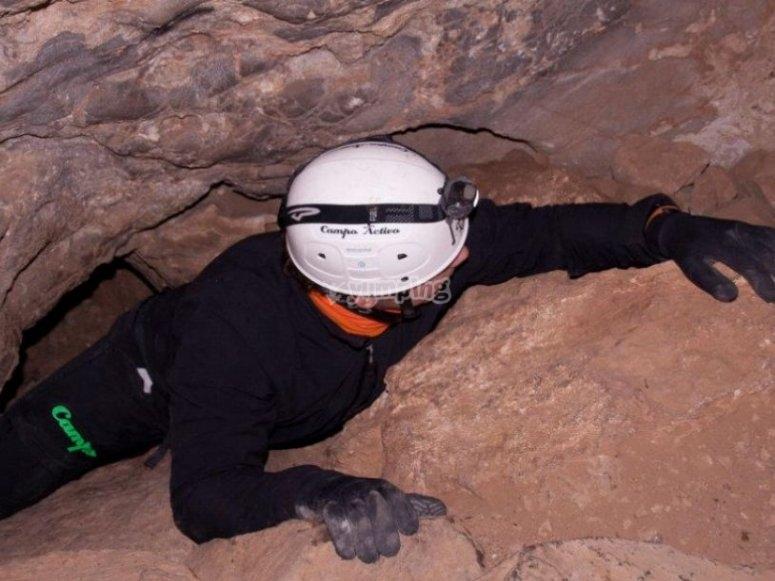 Reptando por el interior de una cueva