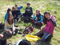 Picnic sentados en el campo
