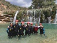 Posando junto a las cascadas