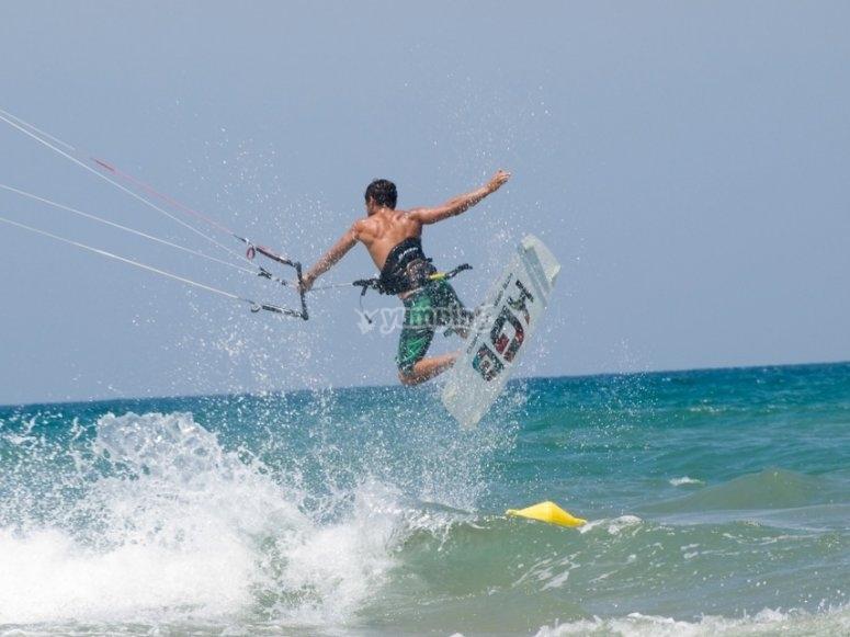 Haciendo kitesurf en Denia