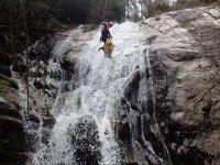 Colocando la cuerda en la cascada