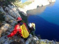 Subidos a la roca sobre el mar