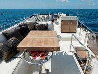Mesas y mobiliario auxiliar del yate