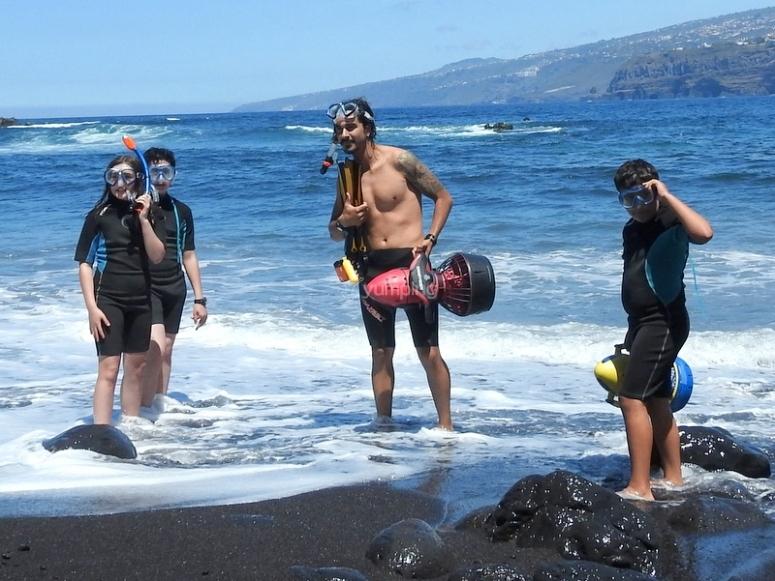 En la playa practicando snorkel