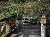 Defendiendo el puente en el campo de paintball