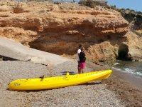 Observando el mar junto al kayak