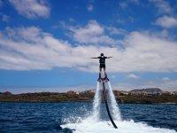 Flyboard equilibrandose con los brazos