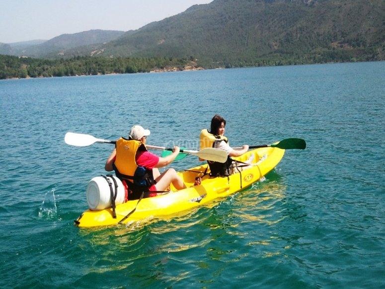 Montando en la canoa