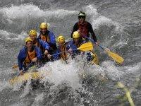 Realizando un descenso de rafting
