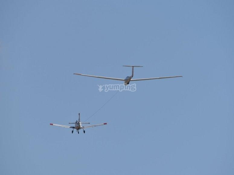 Avioneta impulsando planeadora