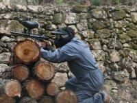 Jugador disparando por encima de los troncos
