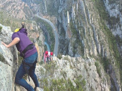 在Esera河区包装漂流和铁索攀岩