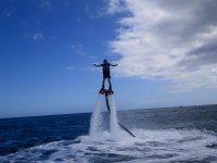 Logrando varios metros sobre el mar