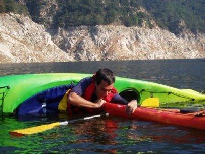 穿越Sau水库的皮划艇游览