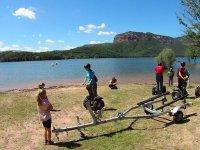 赛格威电动踏板车停在水坝附近