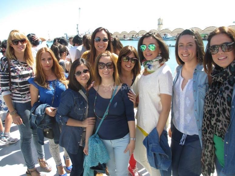 Grupo de chicas antes de embarcar