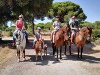 Familia en paseo con caballosa Chipiona