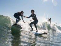 Monitor y alumna surf