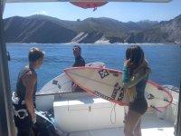 Surfistas en la embarcacion
