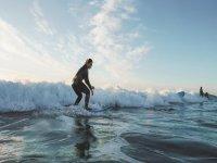 Chica en curso de iniciación surf
