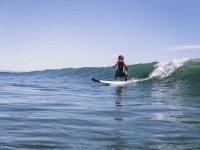 Niña surfeando ola en Alboraya