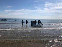 En la orilla para comenzar la clase de surf