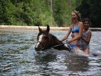 Chicas a caballo en el agua