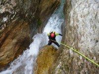 Descenso hacia las aguas bravas en rapel