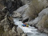 Descenso rafting entre rocas