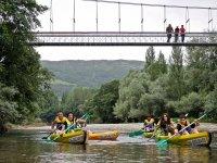 Contemplando las canoas desde el rio