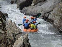 Descendiendo en rafting lancha neumática