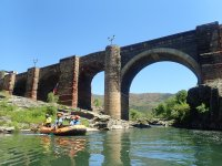 Pasando bajo puente en lancha neumática rafting