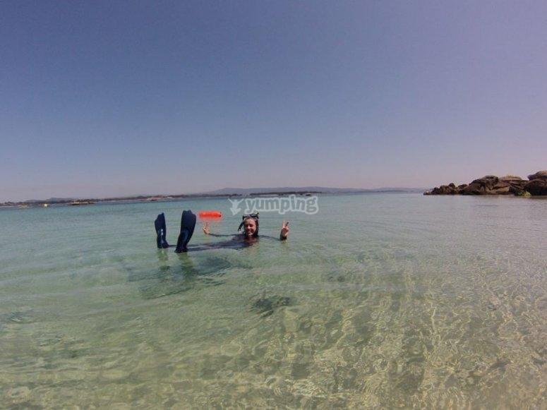 Sentada en el mar flotando