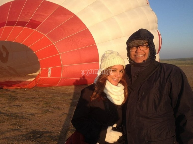 Couple at the balloon´s side