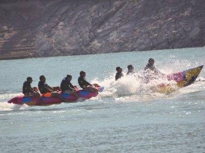 通过ferrata和多活动Esera和湖漂流