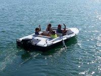 Saludando desde el barco alquilado