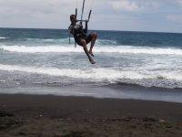 Sesión de kitesurf en Canarias