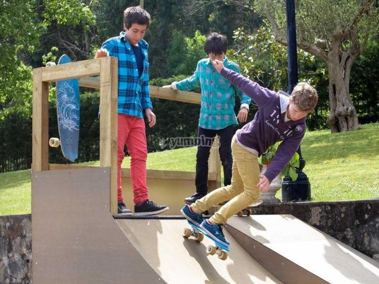 Bajando por la rampa de skate