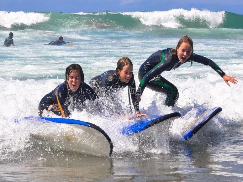 Tres alumnas aprendiendo surf