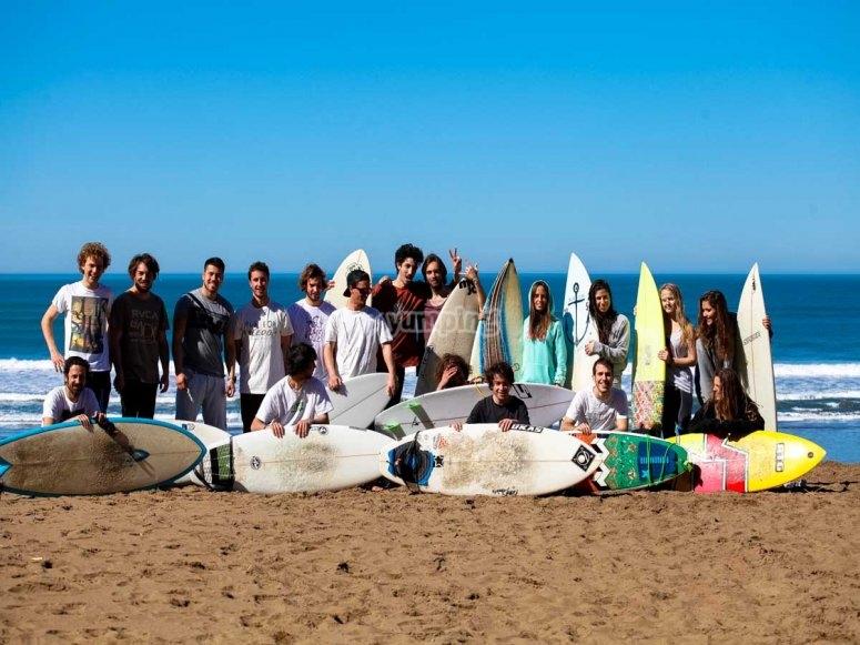 Grupo de alumnos despues de clase de surf
