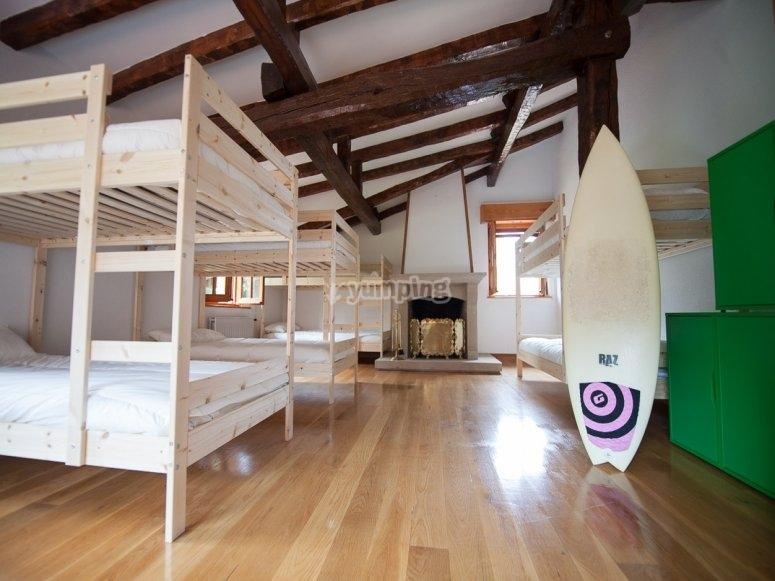 Camere con letti a castello e decorazioni da surf