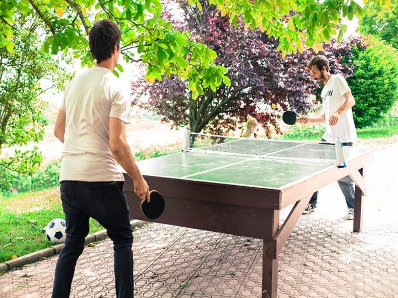 Jugando al ping pong en el tiempo libre